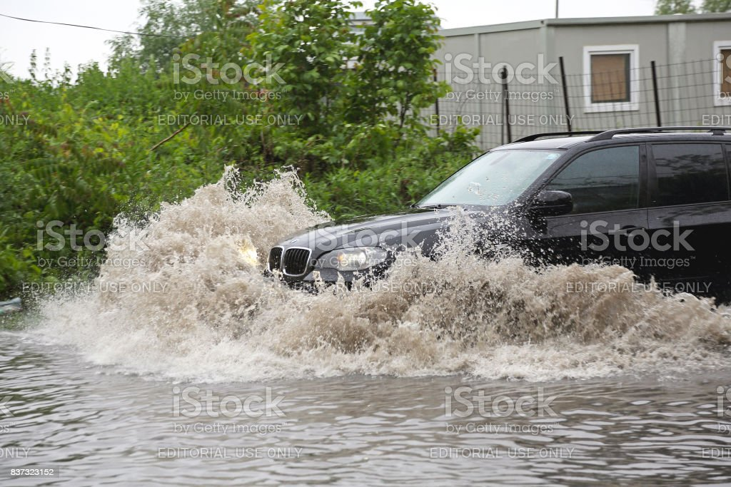 SUV in Flut – Foto