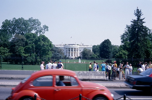 Washington DC, USA, 1984. In front of the White House in Washington DC. Also: visitors at the fence and traffic.