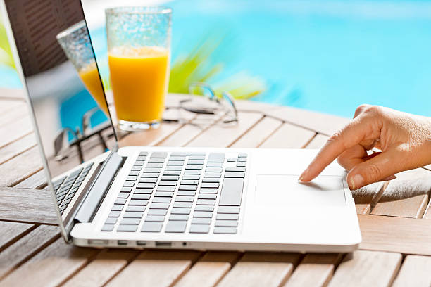 in garten eine frau surfen im internet mit laptop. - garden types stock-fotos und bilder