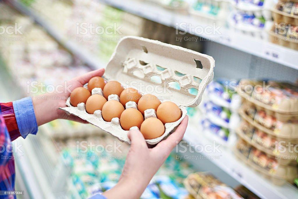 Яйца в руках женщин — pic 15