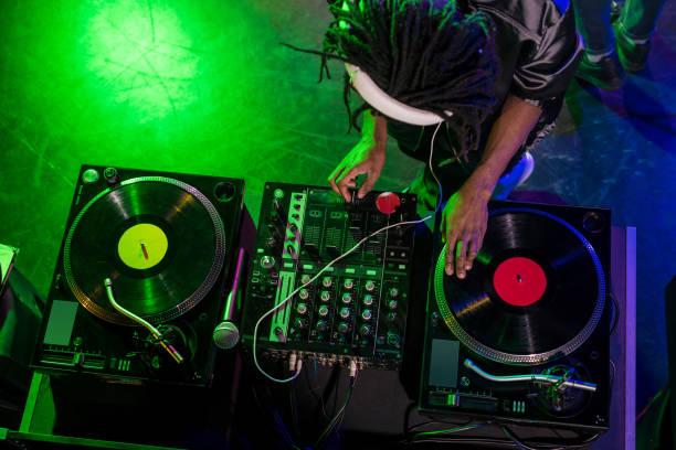 dj hoofdtelefoon met sound mixer - dj stockfoto's en -beelden