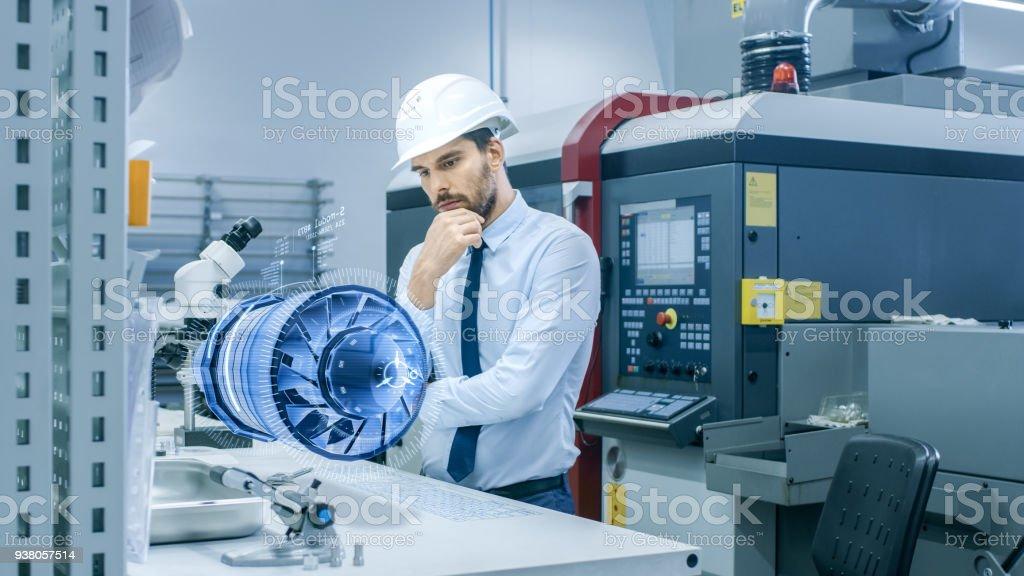 In Hightech futuristischen Fabrik Chief Engineer arbeiten mit holographische Projektion 3D Modell des Prototyps Engine Turbine. Futuristische Design des virtuellen Mixed-Reality-Anwendung. – Foto