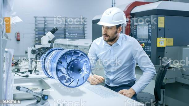 En Alta Tecnología Futurista Fábrica Jefe Ingeniero Trabaja Con Proyección Holográfica 3d Modelo Del Prototipo De Turbina Del Motor Futurista Diseño De Aplicaciones De Realidad Virtual Mixta Foto de stock y más banco de imágenes de Adulto