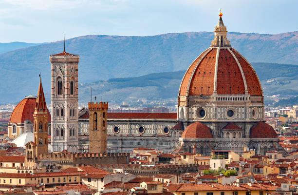 florence in italien mit der großen kuppel der kathedrale - giotto stock-fotos und bilder