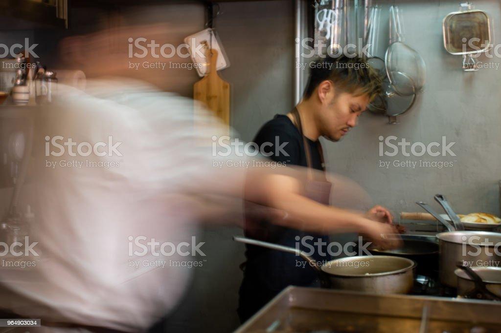 在廚房 - 免版稅人圖庫照片