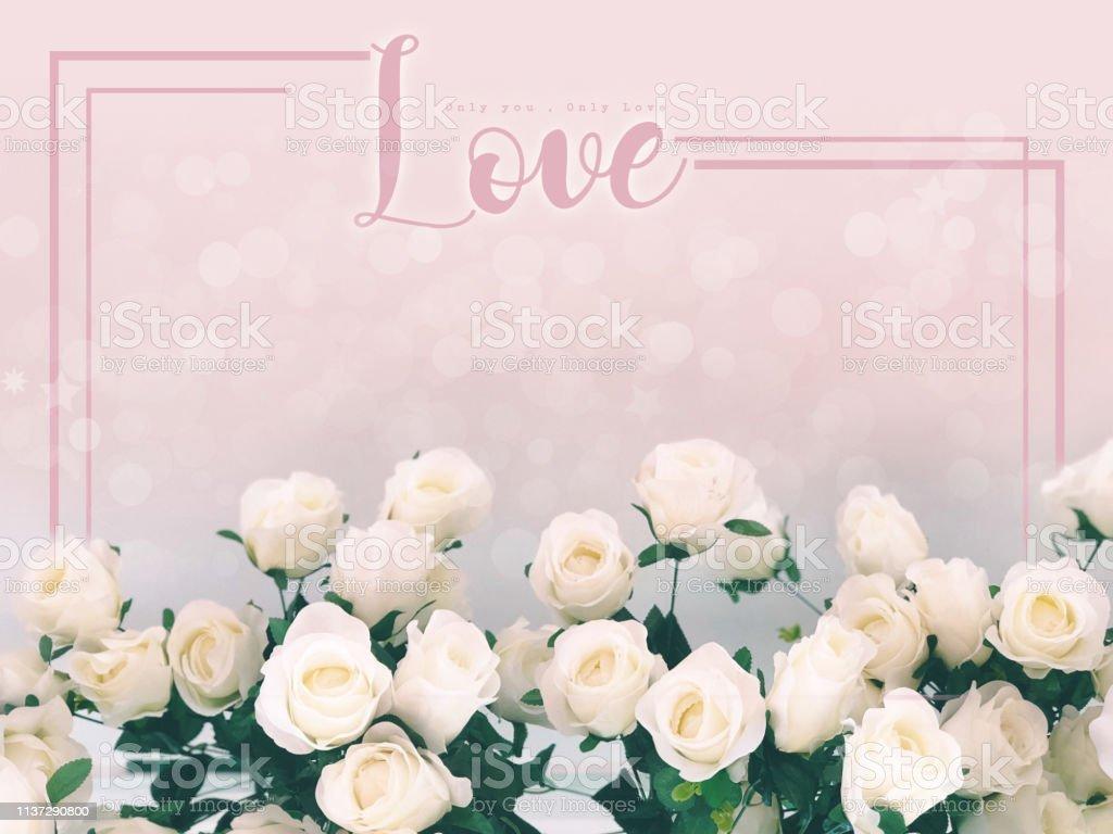 En Concepto De Amor La Redacción Del Amor Sobre El Fondo De Rosas Blancas Diseño De Plantilla Plana Copiar Espacio Para Tarjeta De Felicitación