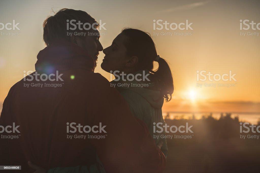 In Love Couple of Travelers on Sunrise zbiór zdjęć royalty-free
