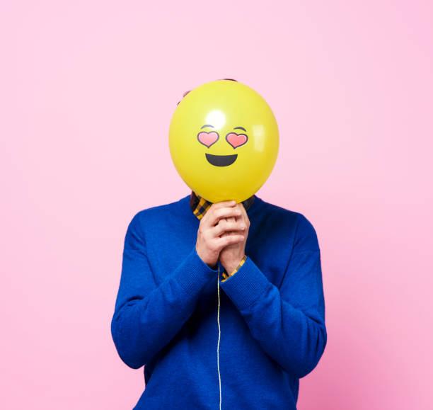 in liefde man verstopt achter ballon - verduisterd gezicht stockfoto's en -beelden