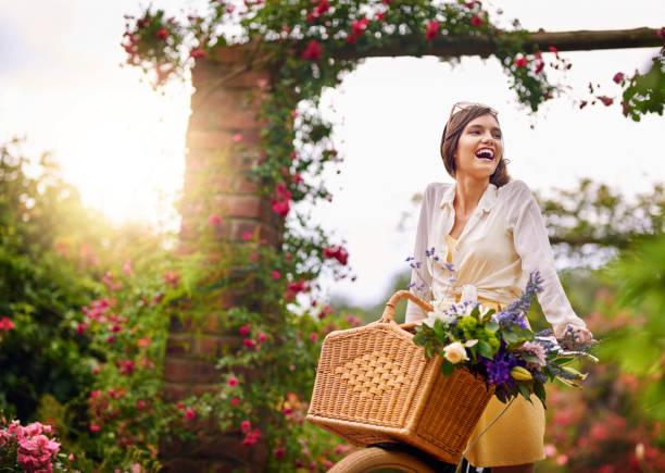 na natureza, é onde ela gosta de ser - mulher flores - fotografias e filmes do acervo
