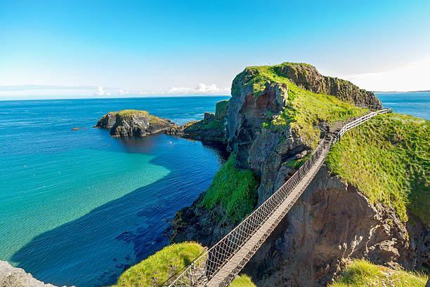 in northern ireland rope bridge, island, rocks, sea - irlande photos et images de collection