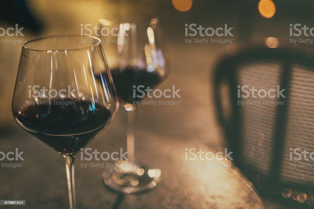À Paris, deux verres de rouge vin sur une table, sur un trottoir d'un café-bar. - Photo