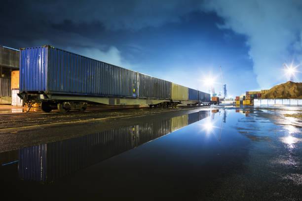 au port - transport ferroviaire photos et images de collection