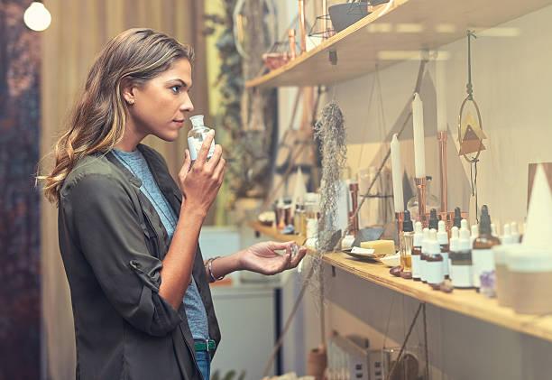 w poszukiwaniu idealnego zapachu - perfumowany zdjęcia i obrazy z banku zdjęć