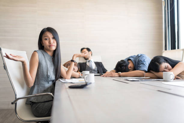 in selektiven fokus des geschäfts sind menschen während einer besprechung im konferenzraum schlafen. - traum team stock-fotos und bilder
