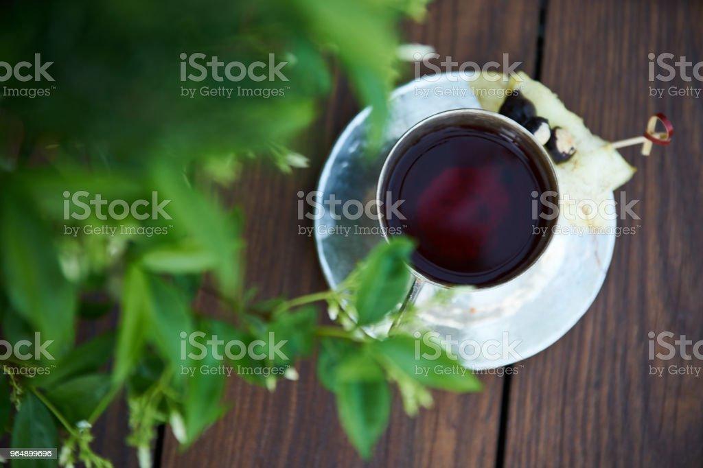 在寂靜的雞尾酒在木桌背景 - 免版稅冰圖庫照片