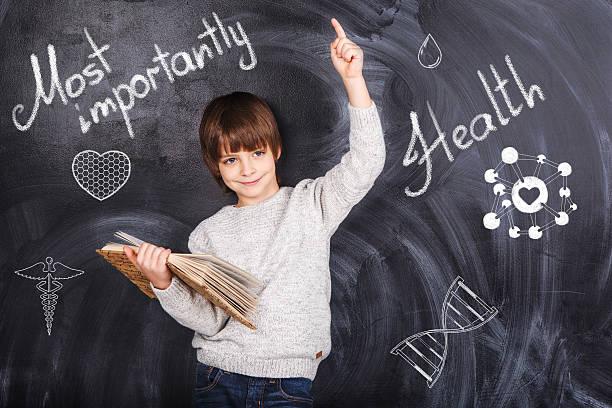 Im Hintergrund der jungen auf einer Tafel – Foto