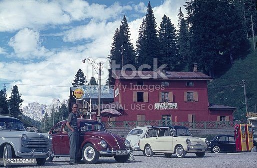 Near Lake Misurina, Belluno region, Veneto, Italy, 1961. Excursion restaurant in the Belluno region in northern Italy. Furthermore: tourists, parked cars, Fuel pumps and Alpine foothills.