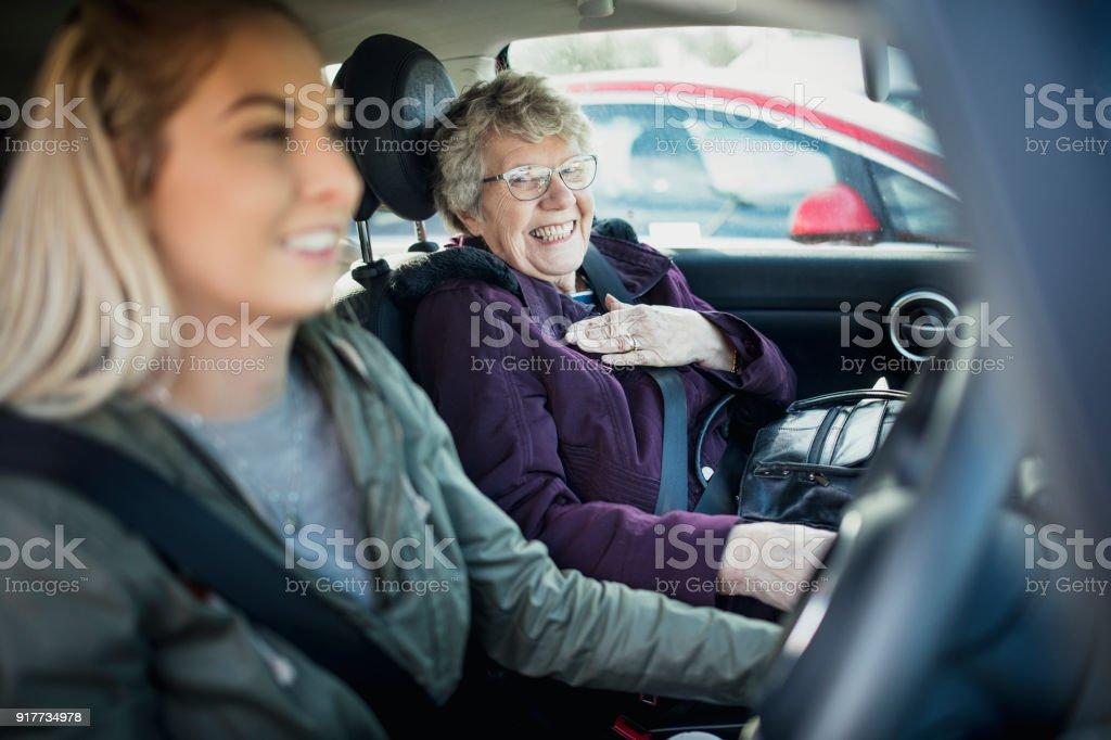 Im Auto mit Oma – Foto