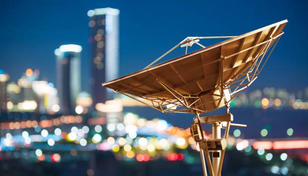 in the city night background large satellite antenna - frequenza foto e immagini stock