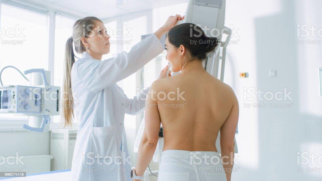 En el Hospital, pacientes femeninos se somete a procedimiento realizado por el tecnólogo de mamografía mamografías. Moderna tecnología avanzada clínica con profesionales médicos. Detección de prevención de cáncer de mama. - foto de stock