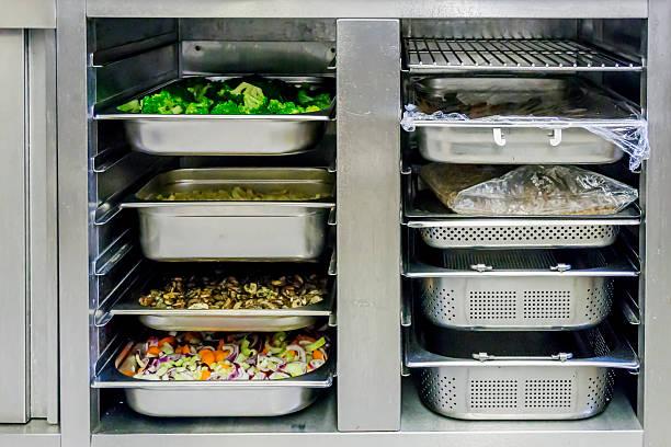 in der küche - kühlraum stock-fotos und bilder