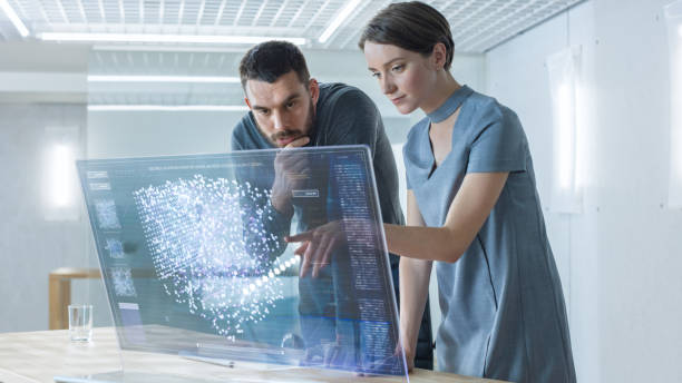in naher zukunft sprechen männliche und weibliche computertechniker während der arbeit auf dem transparenten display-computer. bildschirm zeigt interaktive neuronales netz, artificial intelligence-projekt, futuristische benutzeroberfläche. - große leinwand stock-fotos und bilder