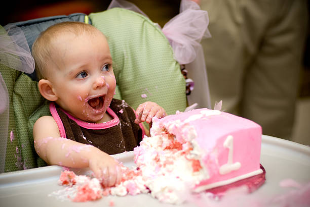 Im ONE! Baby on her first birthday with a pink cake first birthday stock pictures, royalty-free photos & images