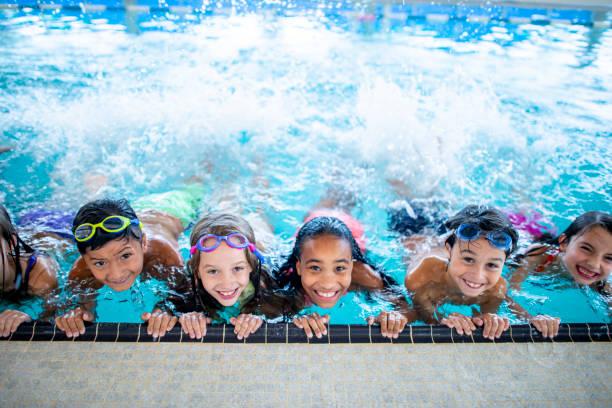 en la piscina - natación fotografías e imágenes de stock