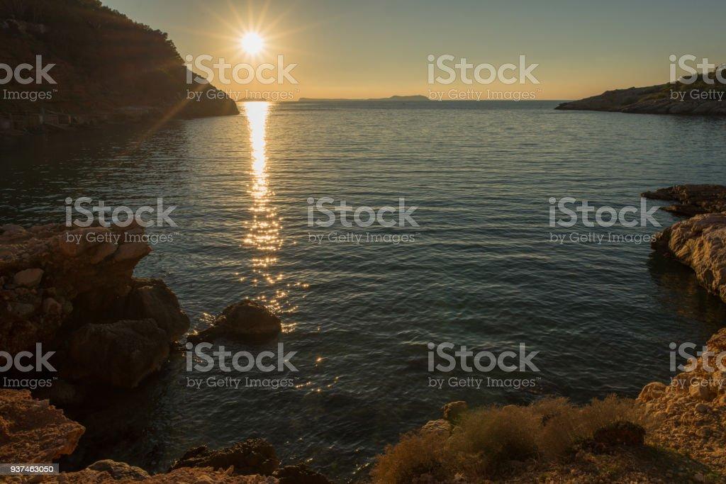 En La Cala Saladeta Al Atardecer En Ibiza Foto de stock y