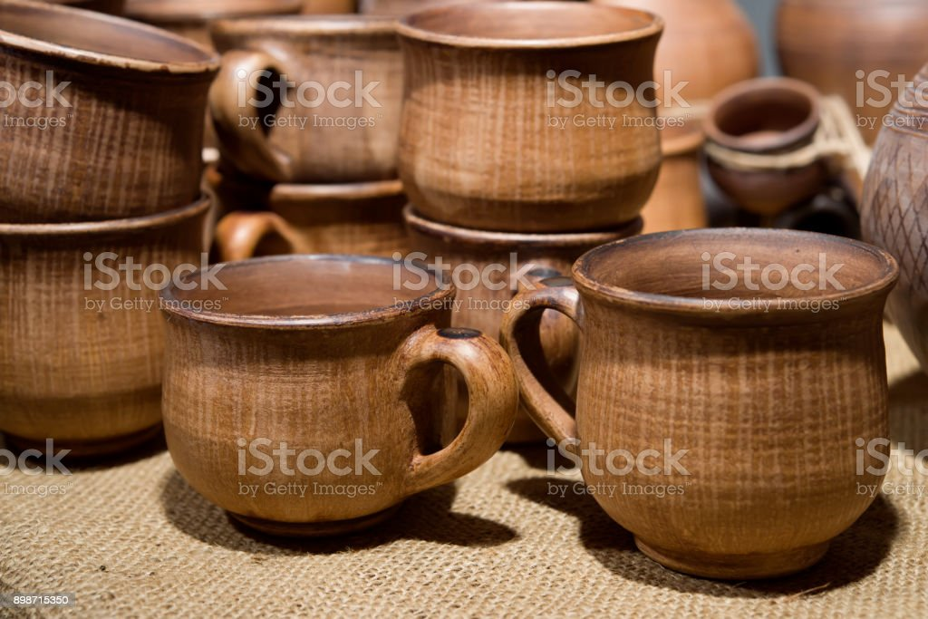 im Shop der Töpferei viele braune Keramikbechern – Foto