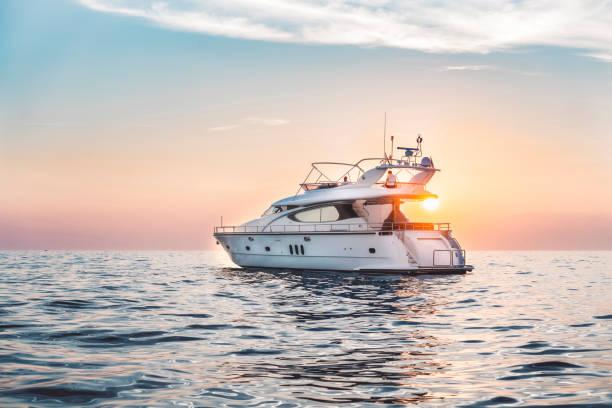 en la puesta de sol - yacht fotografías e imágenes de stock