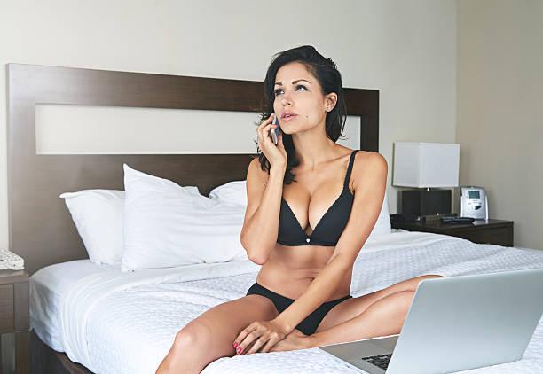 in contatto con la sensualità - donna seducente foto e immagini stock
