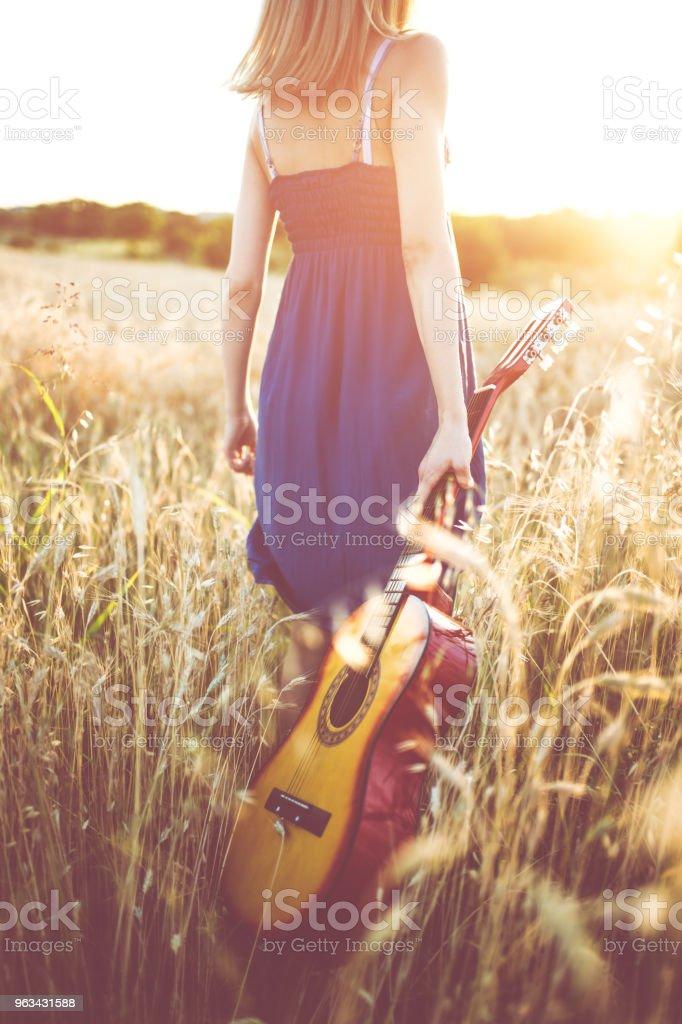 In Wheat Field With Guitar - Zbiór zdjęć royalty-free (Dorosły)