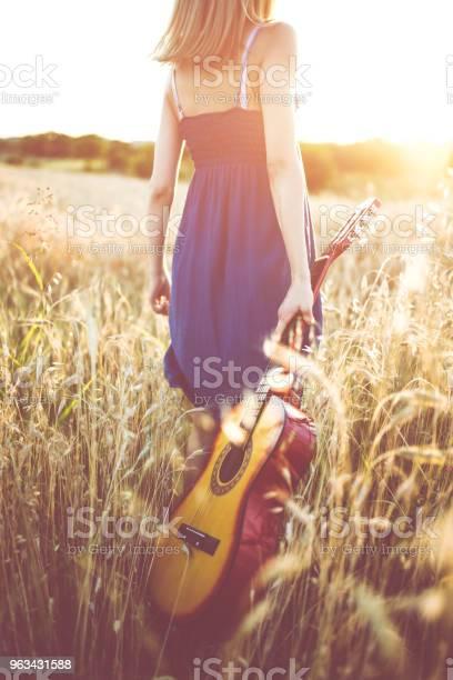 W Polu Pszenicy Z Gitarą - zdjęcia stockowe i więcej obrazów Tylko jedna kobieta