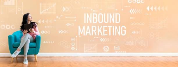 inbound marketing with woman using a tablet - inbound marketing imagens e fotografias de stock