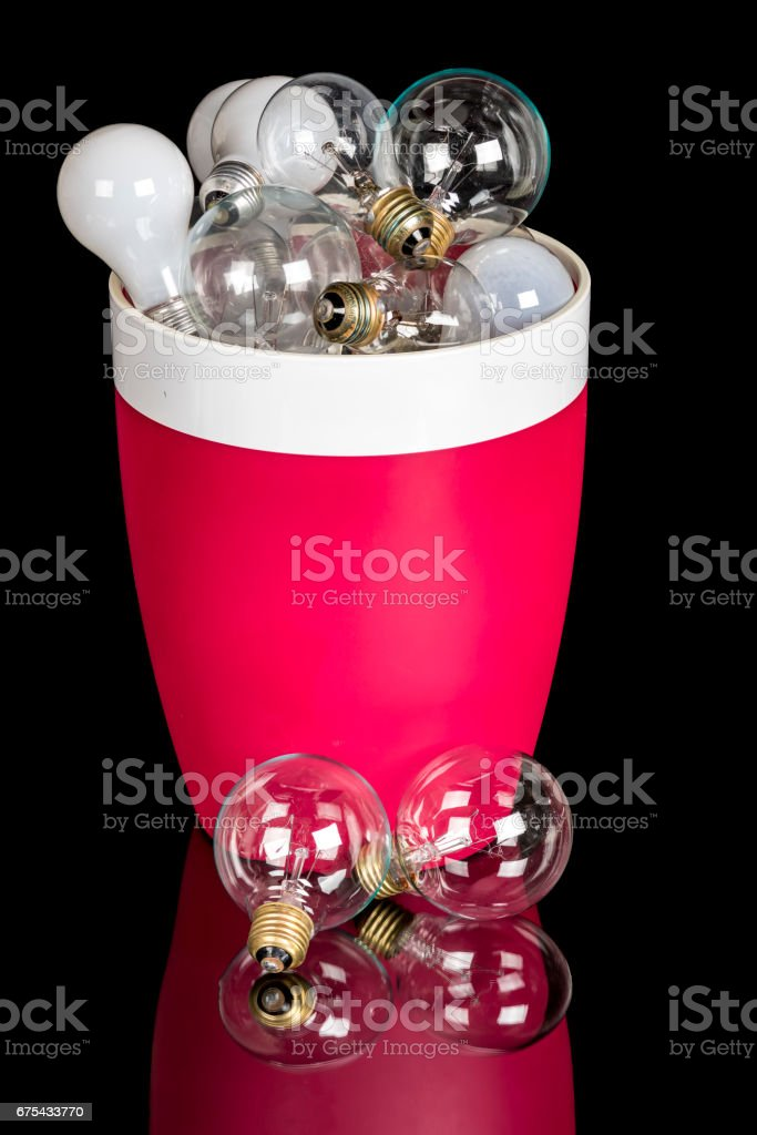 Incandescent light bulbs of different types in a trash can photo libre de droits