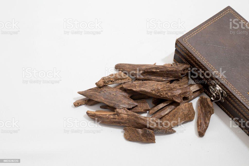encens, copeaux de bois d'agar, placé dans une boîte en cuir - Photo