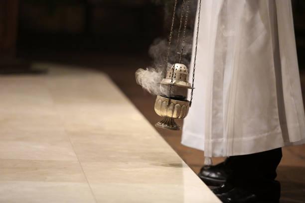 durante a missa no altar de incenso - padre - fotografias e filmes do acervo