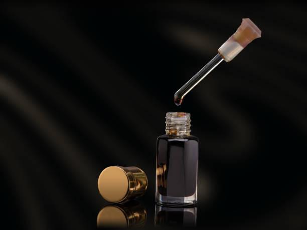 weihrauch von traditionellen arabischen duftöl im weckglas auf schwarzem hintergrund - wasserfledermaus stock-fotos und bilder