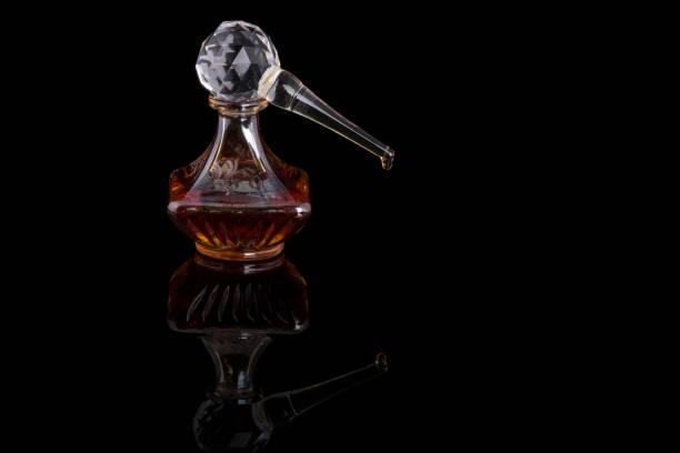 weihrauch von traditionellen arabischen duft oud bakhour in einem braunen glas auf hellem hintergrund - wasserfledermaus stock-fotos und bilder