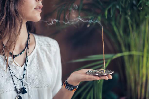 bâton d'encens. femme caucasienne bénéficiant d'arôme stick - cérémonie photos et images de collection