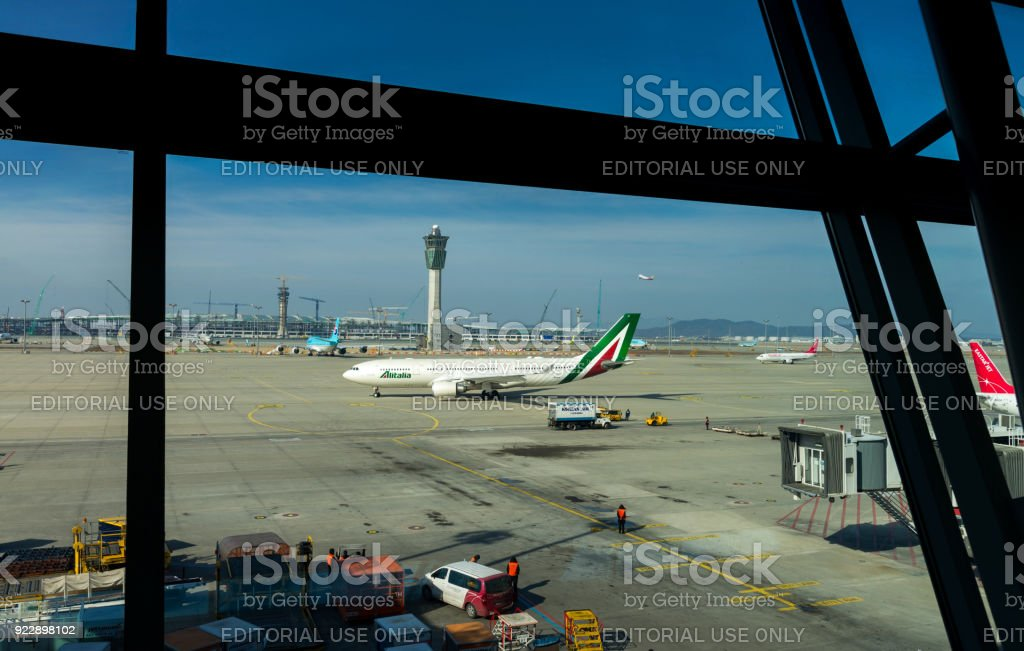 Incheon, Coreia, 31 de janeiro de 2016: Alitalia do avião estava pousando na pista do Aeroporto Internacional de Incheon e taxando ao terminal no Aeroporto Internacional de Incheon, Coreia, Soeul - foto de acervo