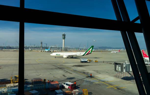 Incheon, Coreia, 31 de janeiro de 2016: Alitalia do avião estava pousando na pista do Aeroporto Internacional de Incheon e taxando ao terminal no Aeroporto Internacional de Incheon, Coreia, Soeul - foto de acervo