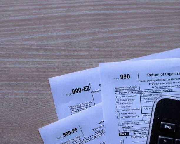 us income tax forms 990, 990 ez and 990 pf for income tax year 2019 - organizzazione no profit foto e immagini stock