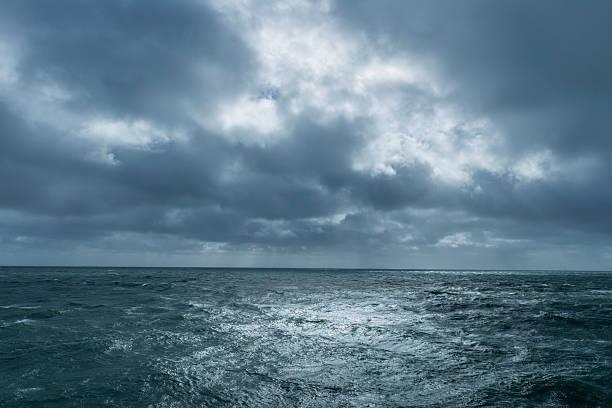 incoming storm over ocean - roll tide stock-fotos und bilder