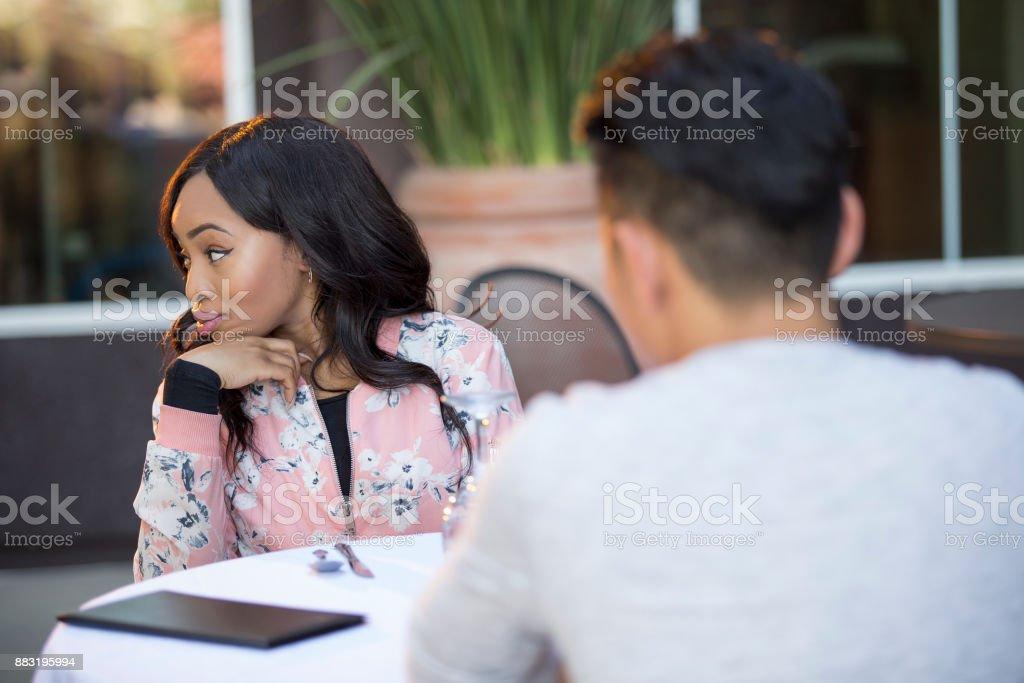 Inkompatible Interracial paar auf ein Blind Date oder Speed-Dating – Foto