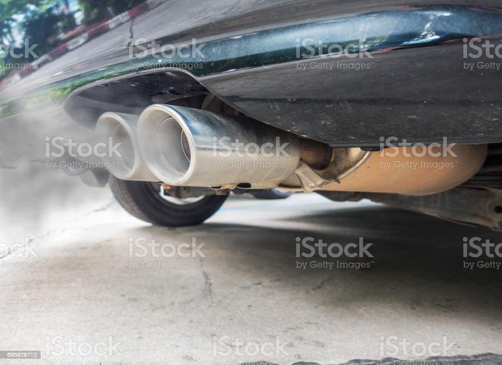 Combustión incompleta genera monóxido de carbono forma tubo de escape de coche negro, concepto de contaminación del aire. - foto de stock