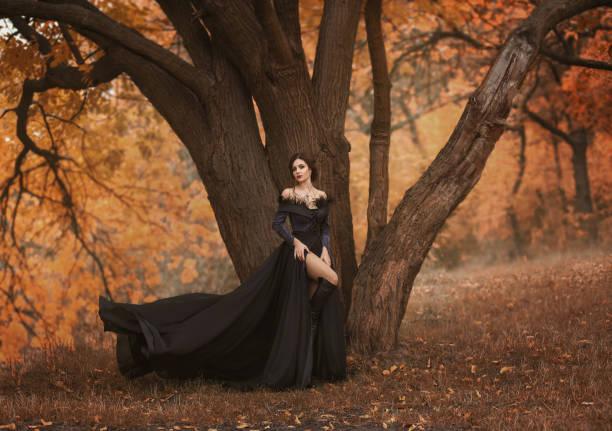 unglaublich, unglaublich, verführerische frau - gothic kleid stock-fotos und bilder