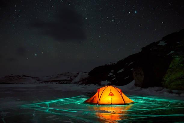 Unglaubliche Nachtlandschaft vor dem Hintergrund einer felsigen Insel – Foto