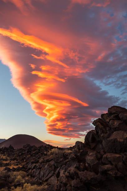 unglaubliche sonnenuntergang am fossilen fällt in kalifornien - lenticular stock-fotos und bilder